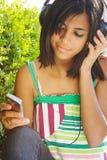 Música que escucha con el teléfono celular Fotos de archivo libres de regalías