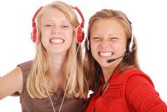 Música que escucha de dos adolescentes bonitos en sus auriculares Fotos de archivo