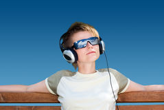 Música que escucha de la chica joven Imagen de archivo