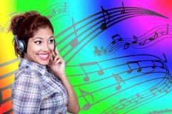 Música que escucha de la chica joven Imagen de archivo libre de regalías