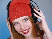 Música que escucha de la chica joven bastante moderna Imagen de archivo