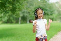 Música que escucha de la chica joven con los auriculares profesionales de DJ Imagen de archivo libre de regalías