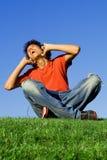 Música que escucha de la juventud feliz Fotos de archivo libres de regalías