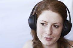 Música que escucha de la muchacha Imagen de archivo