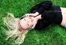 Música que escucha de la muchacha Imagenes de archivo