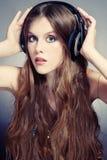 Música que escucha de la muchacha Foto de archivo libre de regalías