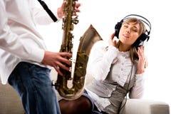 Música que escucha de la muchacha Imagen de archivo libre de regalías