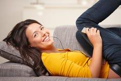 Música que escucha de la muchacha adolescente Imagen de archivo libre de regalías