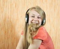 Música que escucha de la muchacha adolescente Imagenes de archivo
