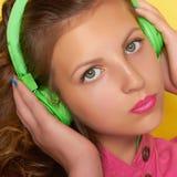 Música que escucha de la muchacha adolescente en los auriculares Foto de archivo