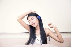 Música que escucha de la muchacha alegre feliz Imagenes de archivo