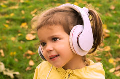 Música que escucha de la muchacha con los auriculares Imagenes de archivo