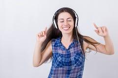 Música que escucha de la muchacha con los auriculares Imágenes de archivo libres de regalías