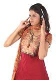 Música que escucha de la muchacha con los teléfonos principales Imagen de archivo libre de regalías
