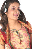 Música que escucha de la muchacha con los teléfonos principales Imagenes de archivo