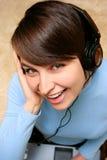 Música que escucha de la muchacha de la computadora portátil Fotografía de archivo