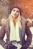 Música que escucha de la muchacha de moda del inconformista en el invierno Foto de archivo libre de regalías