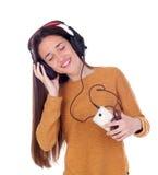 Música que escucha de la muchacha del adolescente con el móvil Fotos de archivo