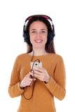 Música que escucha de la muchacha del adolescente con el móvil Imagenes de archivo