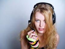 Música que escucha de la muchacha en auriculares Fotografía de archivo libre de regalías