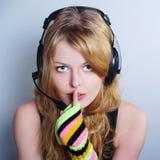 Música que escucha de la muchacha en auriculares Fotos de archivo