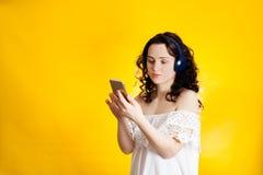 Música que escucha de la muchacha en línea Fotos de archivo libres de regalías