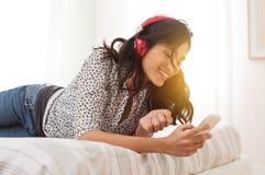 Música que escucha de la muchacha feliz fotografía de archivo libre de regalías