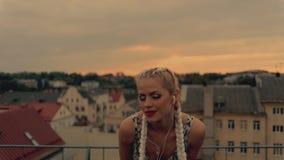 Música que escucha de la muchacha feliz con los auriculares y el baile almacen de video