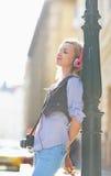 Música que escucha de la muchacha feliz del inconformista en la calle de la ciudad Fotos de archivo