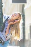 Música que escucha de la muchacha feliz del inconformista en la calle de la ciudad Fotografía de archivo