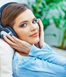Música que escucha de la muchacha hermosa del adolescente Fotografía de archivo