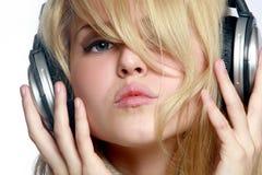 Música que escucha de la muchacha hermosa en auriculares Foto de archivo libre de regalías