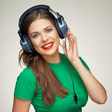Música que escucha de la muchacha hermosa Mujer sonriente Fotos de archivo