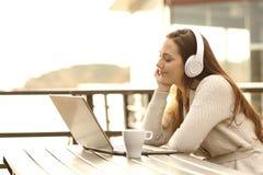 Música que escucha de la muchacha y relajación Foto de archivo libre de regalías