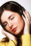 Música que escucha de la mujer Imágenes de archivo libres de regalías
