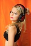 Música que escucha de la mujer bonita joven del inconformista y Fotos de archivo