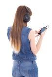 Música que escucha de la mujer con el teléfono móvil aislado en blanco Fotos de archivo