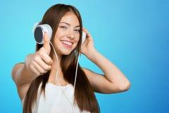 Música que escucha de la mujer con los auriculares Fotos de archivo