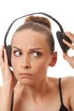 Música que escucha de la mujer con los auriculares, en blanco Foto de archivo