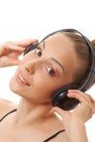 Música que escucha de la mujer con los auriculares, en blanco Fotos de archivo