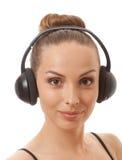 Música que escucha de la mujer con los auriculares, en blanco Fotografía de archivo