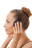 Música que escucha de la mujer con los auriculares, en blanco Fotografía de archivo libre de regalías