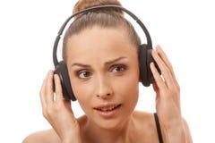 Música que escucha de la mujer con los auriculares, en blanco Fotos de archivo libres de regalías
