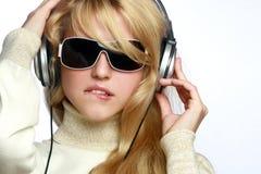 Música que escucha de la mujer de la manera en auriculares Imágenes de archivo libres de regalías