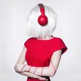 Música que escucha de la mujer de Techno en los auriculares Fotos de archivo