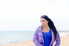 Música que escucha de la mujer deportiva hermosa en la playa Imagen de archivo