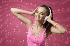 Música que escucha de la mujer divertida Imagen de archivo