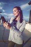 Música que escucha de la mujer emocionada en la casa del estacionamiento adentro en el centro de la ciudad Fotografía de archivo libre de regalías