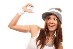 Música que escucha de la mujer en auriculares Imagen de archivo libre de regalías