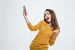 Música que escucha de la mujer en auriculares y el baile Fotos de archivo libres de regalías